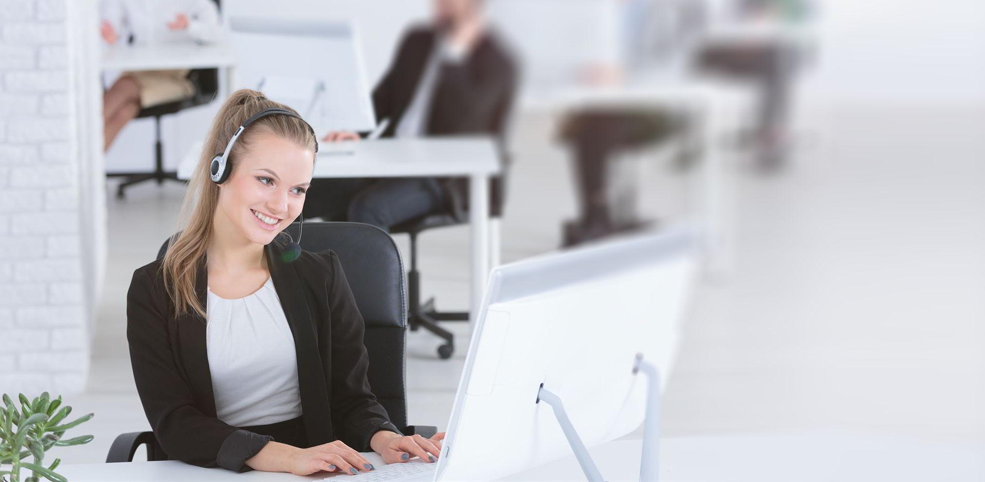 Femme souriante service clients