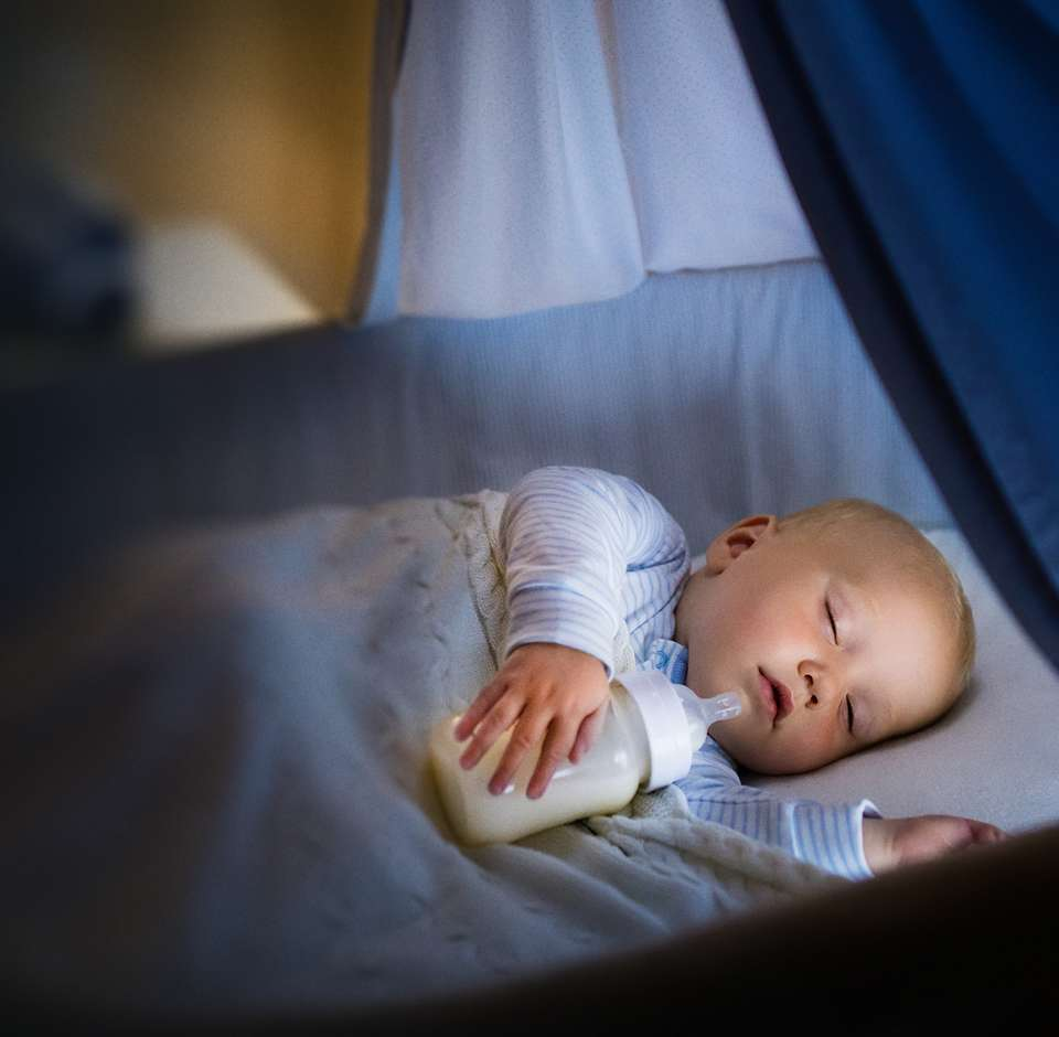 Bébé dort paisiblement dans son berceau
