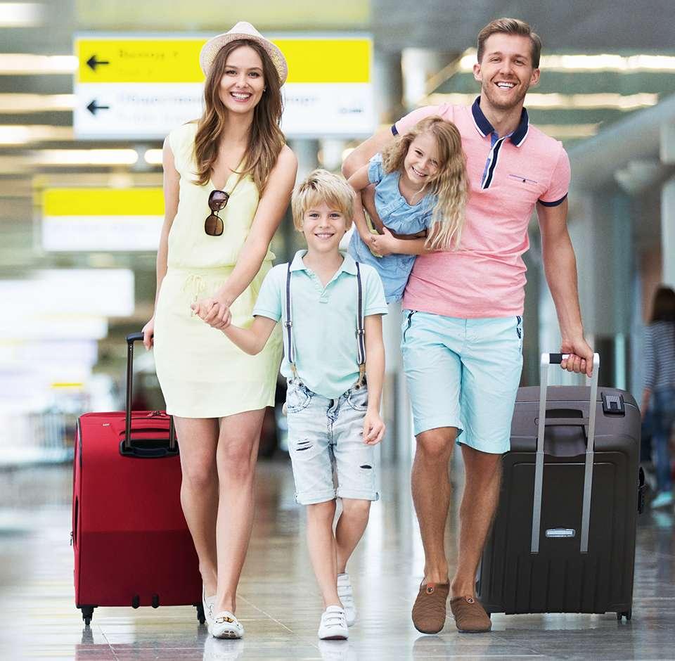 Une famille heureuse part en voyage