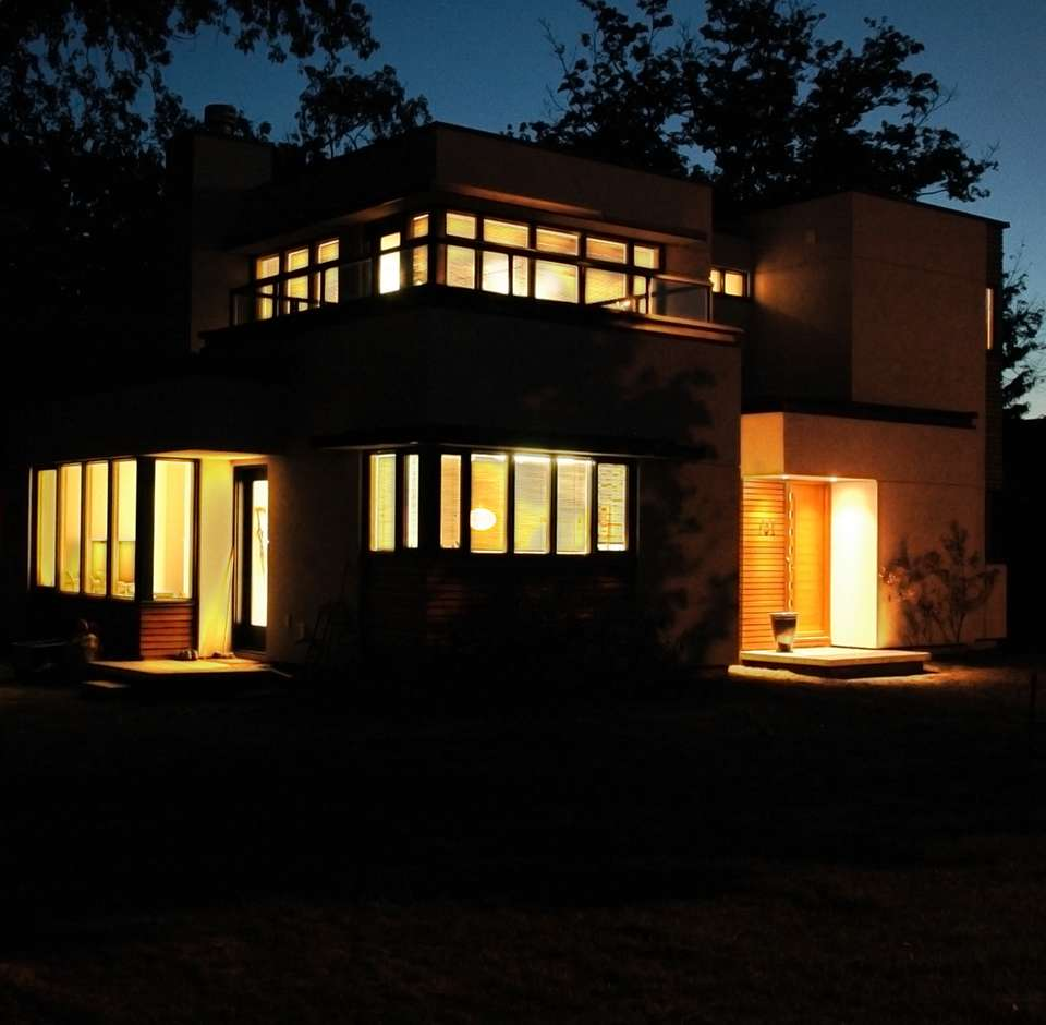 Belle maison d'architecte éclairée au crépuscule