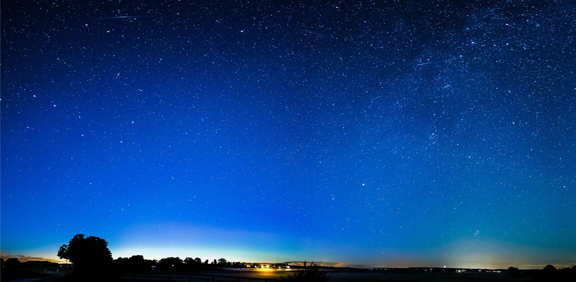 Paysage de nuit avec ciel étoilé