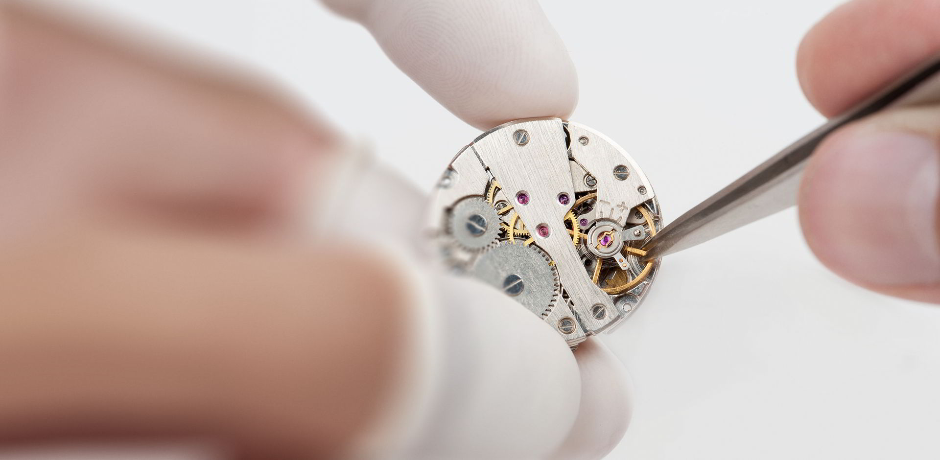 Horloger qui travaille méticuleusement