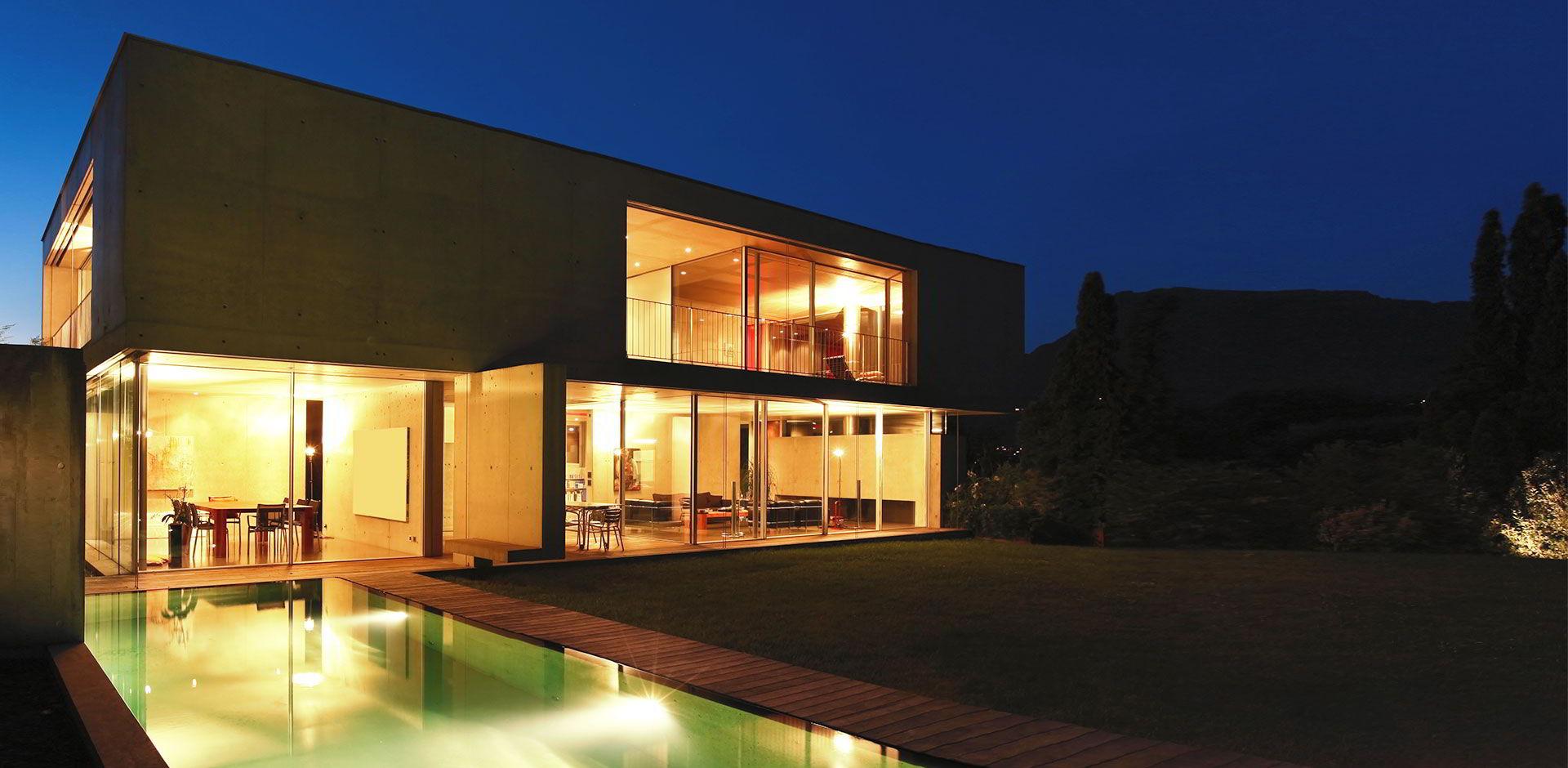Maison d'architecte éclairée avec piscine