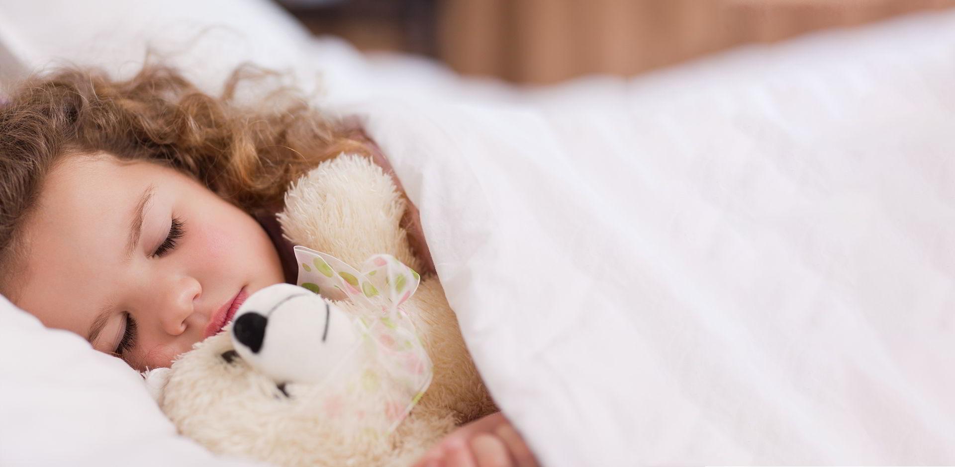 Un enfant qui dort paisiblement dans un lit