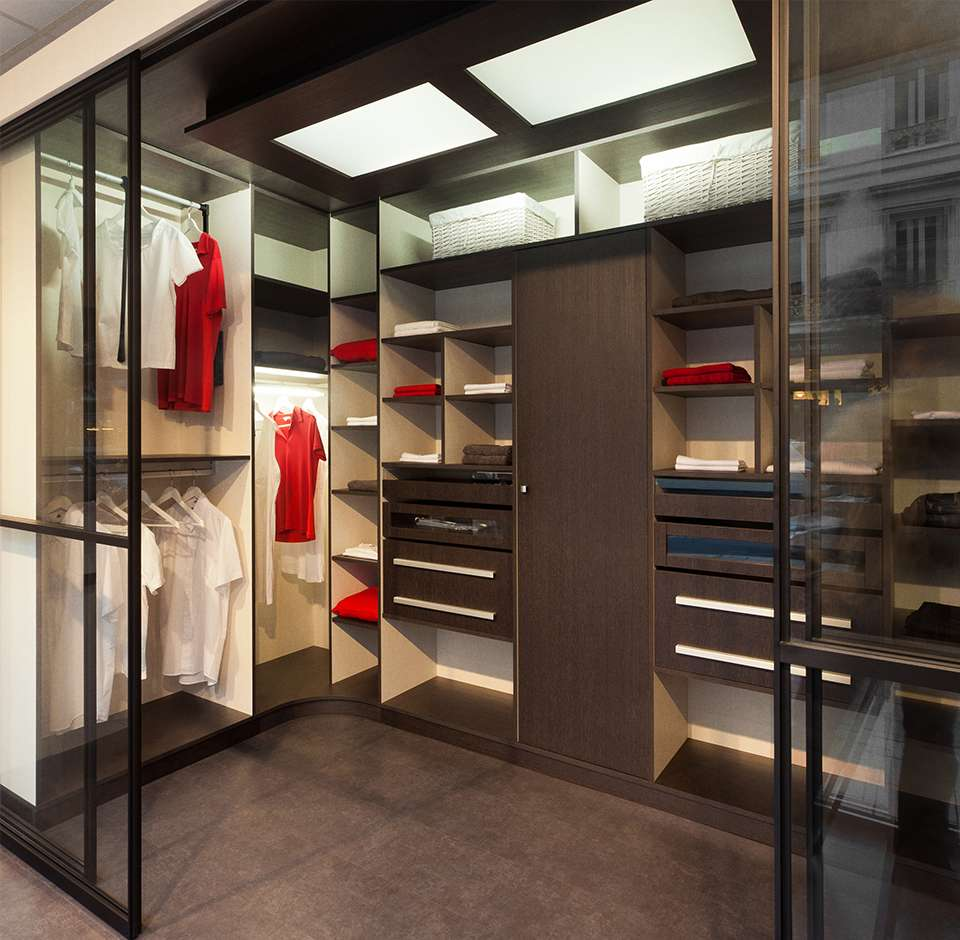Dressing moderne et spacieux éclairé