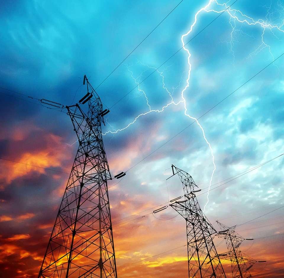 Ciel menaçant avec éclairs au-dessus de pilônes électriques