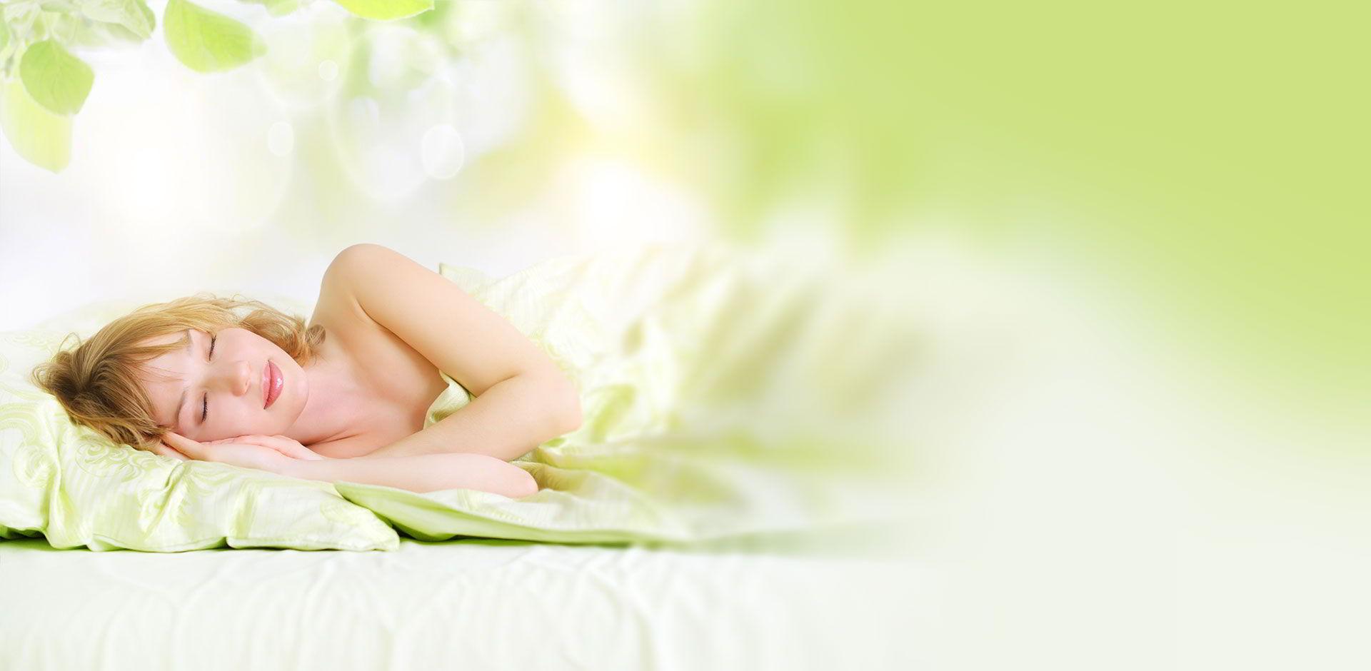 Une femme dort paisiblement dans une ambiance zen