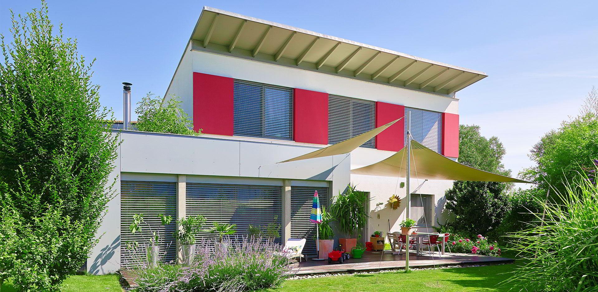 Maison moderne avec jardin verdoyant