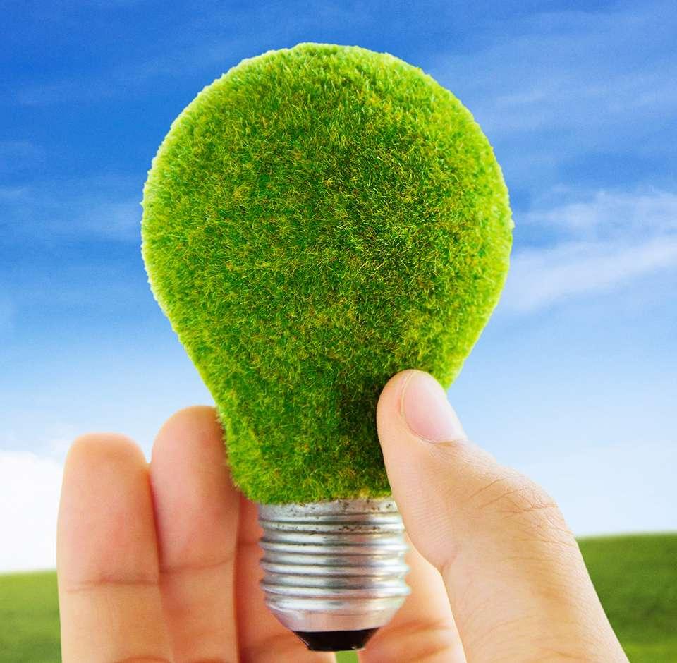 Une ampoule verte avec texture de pelouse