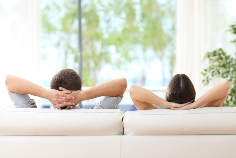 Deux personnes se reposent dans un canapé