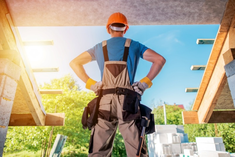 Un électricien sur le chantier d'une maison